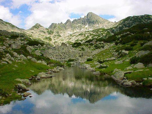 """Горный массив """"Пирин"""" расположен на юго-западной части страны, самая высокая гора Вихрен (2914 м.)"""