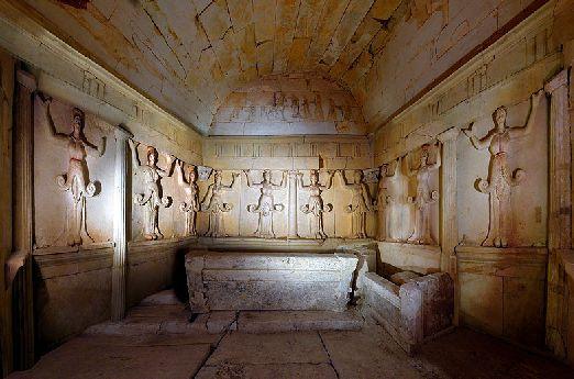 Центральная камера гробницы с двумя каменными ложами