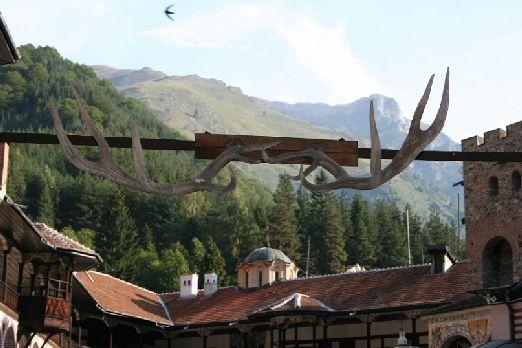 Вход в монастырь украшен такими оленьими рогами