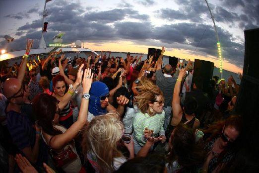 Особенно Солнечный Берег полюбила молодежь, ведь для отрыва тут созданы все самые лучшие условия: модные дискотеки и ночные клубы,  собирающие веселую тусовку весь сезон