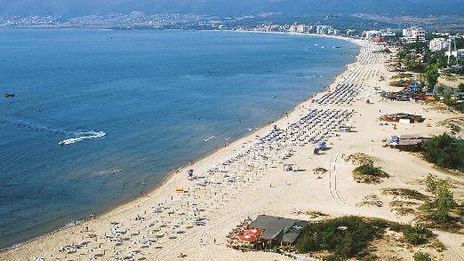 Пляжная полоса Солнечного Берега составляет около 10 километров и загорожена красивыми песчаными дюнами