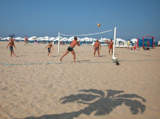 Как и на любом другом пляжном курорте Вы всегда сможете найти компанию, что поиграть в пляжный волейбол