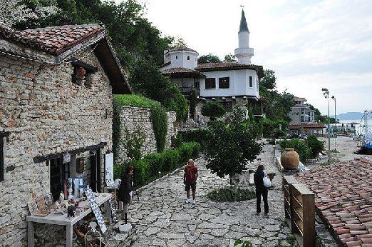 Из Албены можно отправиться в одну из многочисленных экскурсий, а живописный старинный город Балчик находится совсем под боком