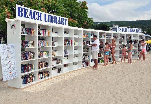 Если надоел 'бездумный' отдых, то тут же на пляже можно подобрать интересную книжецу!