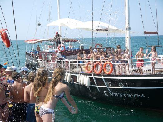 С причала можно покататься на катере вдоль побережья Несебра, либо съездить в один из близлежащих морских курортов