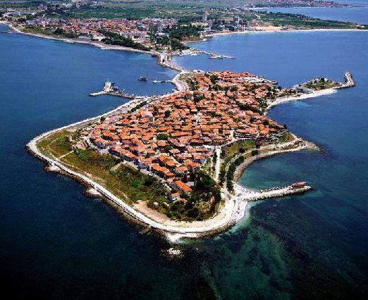 Старый город в Несебре находится на острове - очень колоритное для посещения место