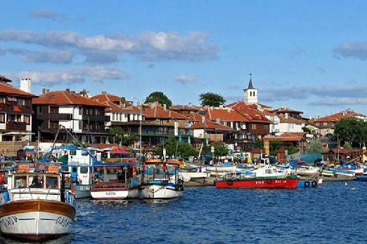 Приятный морской воздух.. переполненные скромными рыбацкими шхунами и шикарными яхтами причалы.. все это прекрасный город  Несебр..