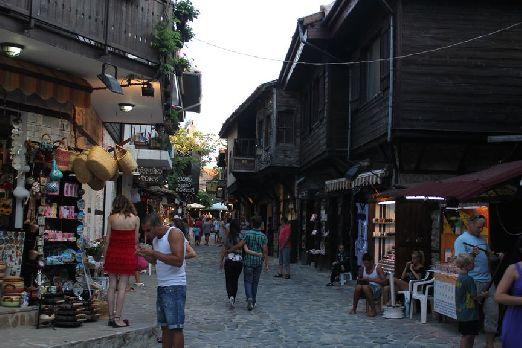 Узкие улочки Старого Несебра также создают неповторимую уютную атмосферу