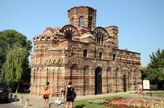 В Старом городе особую атмосферу создают старые остатки средневековых церквей, а также античного порта и древних крепостных стен