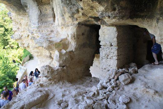 В 15 км от Варны располагается монастырь Аладжа.. в его стенах, высеченных в горах, еще недавно жили монахи..