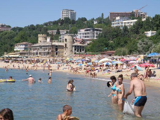Большинство туристов приезжают на курорт Золотые Пески ради пляжного отдыха, а условия для этого замечательные - температура моря около +23..+24, воздуха около +30..