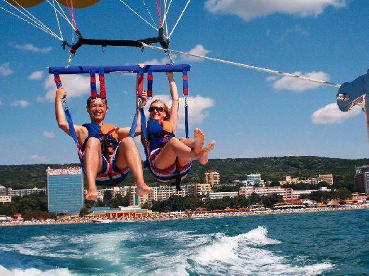 Кроме обычных пляжных развлечений типа банана, парашюта или гидроцикла, здесь можно покататься на яхте или порыбачить