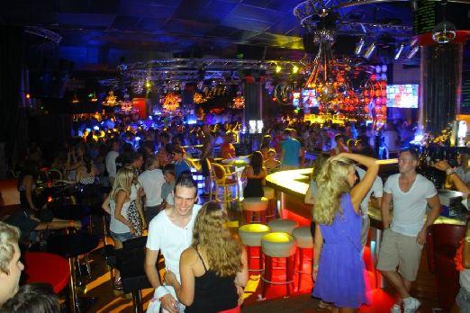 Из развлечений курорта можно отметить ночные клубы Цыганский табор и Конек Пикник, Казино Красный рак, а также бар-варьете Астория, дискотеки Бункерc